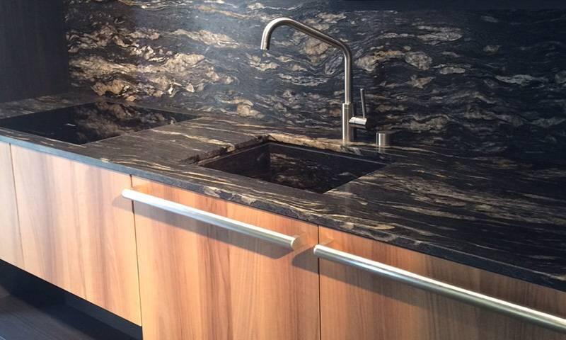 ciemne blaty w kuchni
