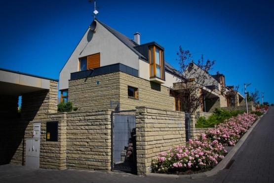 domy z kamienną elewacją
